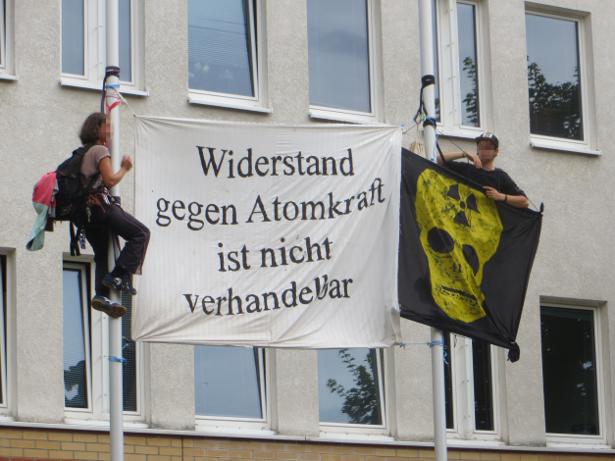 Eine Kletteraktion begrüßte die Demoteilnehmer*innen vorm Gericht